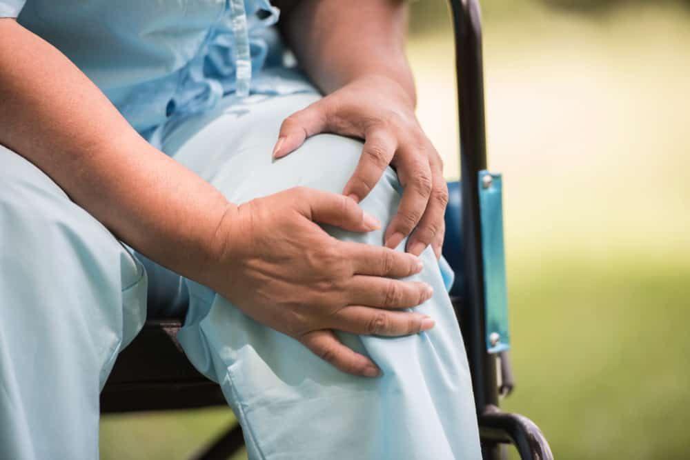 elderly woman sitting wheelchairs with knee pain